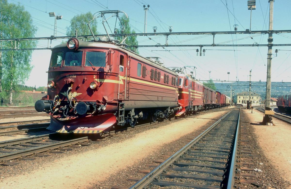 Godstog 5501 (Alnabru - Bergen) på Hønefoss stasjon. Forspannlokomotiv er av type El 16 mens ekstra forspann er El 13 2152.