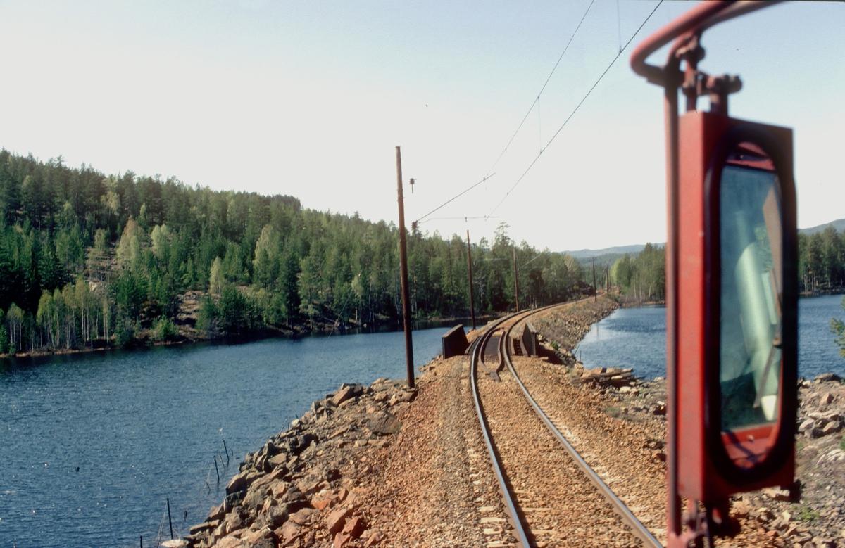 Utsikt fra lokomotivet i godstog 5501 ved Langevassoset mellom Sokna og Rallerud.