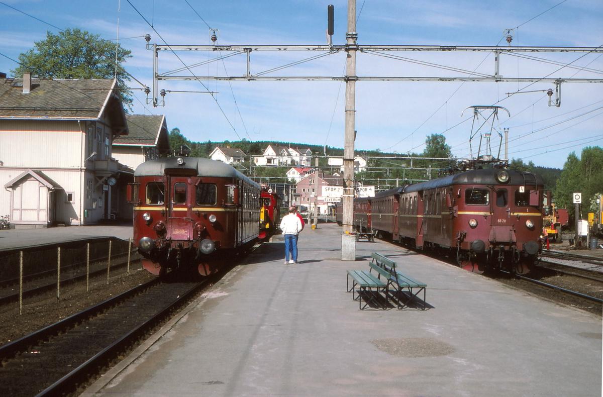 Togbytte på Kongsvinger. Persontog fra Oslo S med type 68A ankommer i spor 3, mens persontog til Elverum og Hamar venter i spor 2.