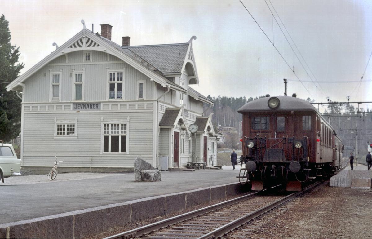 """Lokaltog Roa - Hønefoss (""""Kalvsjøblakken"""") venter på kryssende tog i Jevnaker."""