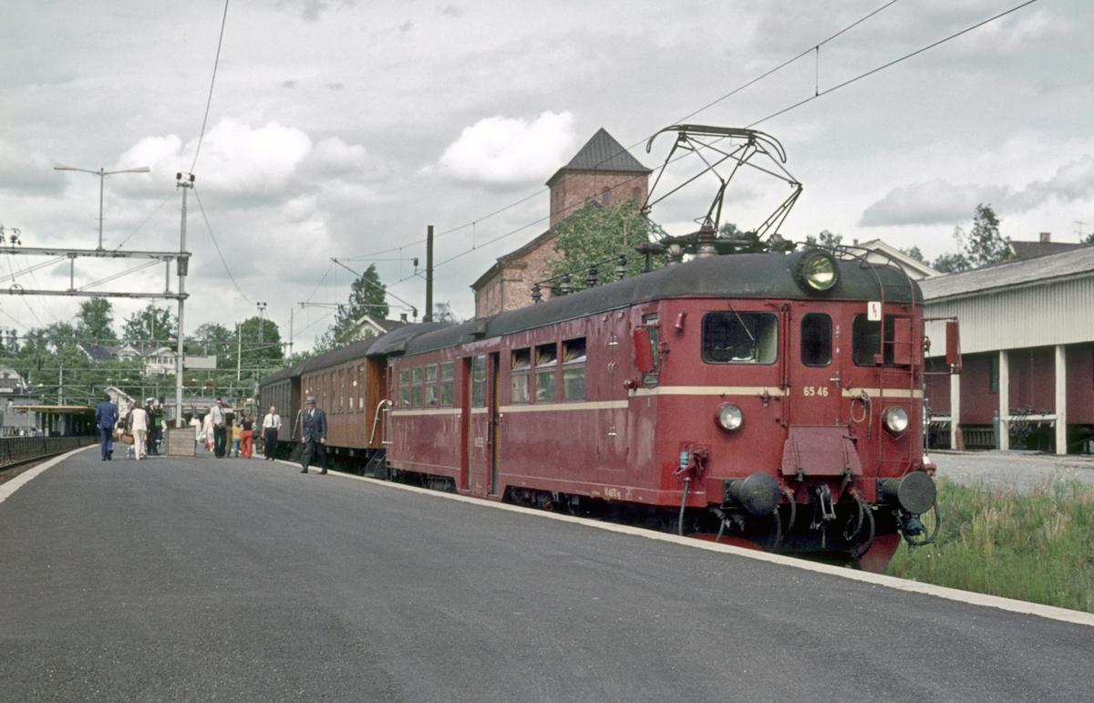 Persontog Asker - Spikkestad på Asker stasjon. Motorvogn BM 65c 46.
