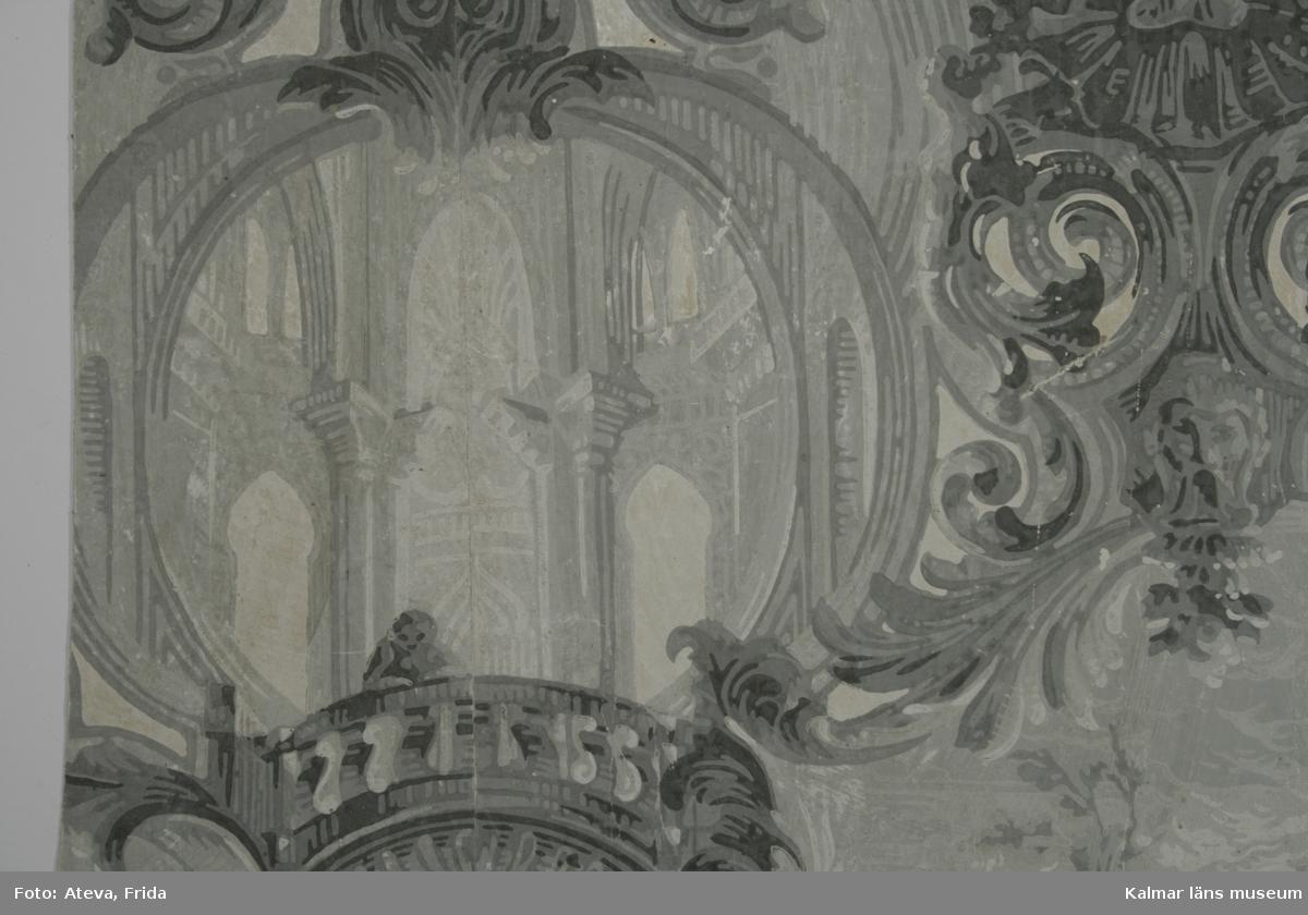 KLM 23948. Tapet. Tittskåpstapet. Av papper. Tryckt tittskåpstapet i grisailles. Motiv med interiör med pelare och moriska samt gotiska valvbågar. Även landskapsmotiv med himmel och vattendrag där ett par sitter vid vattnet. Tittskåpen hålls ihop av mönster i nyrokoko. Utvalda vita detaljer är satinerade. I kanten fragment av ovanliggande tapetlager med tryck i brunskala och svart finrandigt raster överst. Datering: 1840-1850-tal.