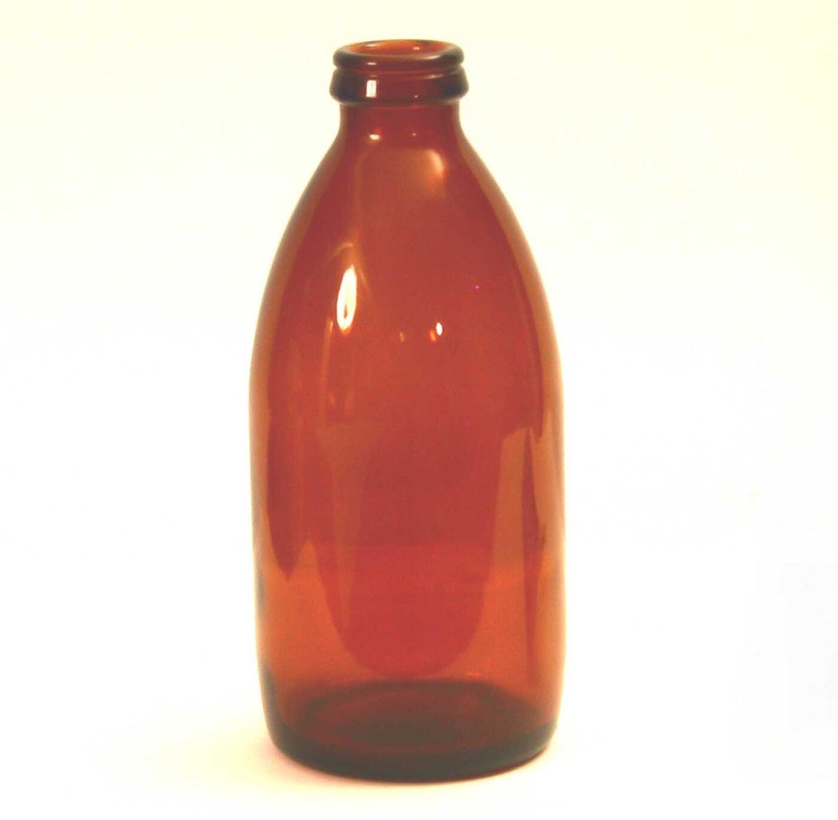 Melkeflaske av brunt glass. Produksjonsstempel i bunnen.