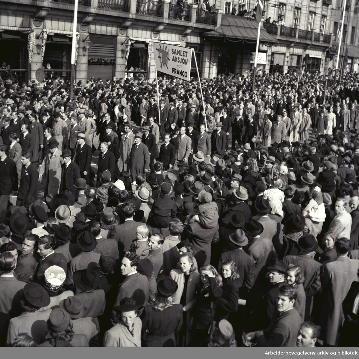 1. mai 1946, demonstrasjonstoget. Parole: Samlet aksjon mot Franco.