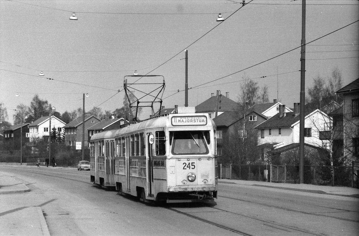 Oslo Sporveier. Kjelsåsbanen. Høka-vogn 245 på linje 11 til Majorstua på Grefsenplatået.