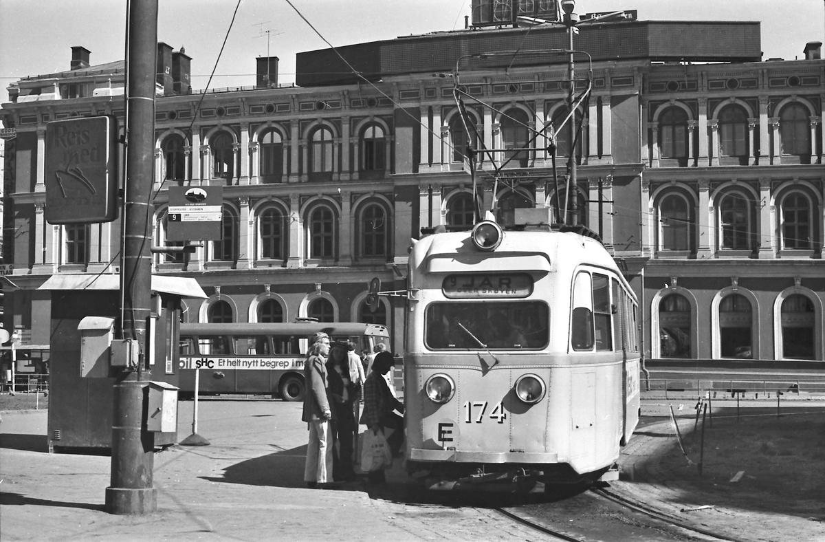 Oslo Sporveier. Gullfisk 174 på Jernbanetorget, Østbanen.