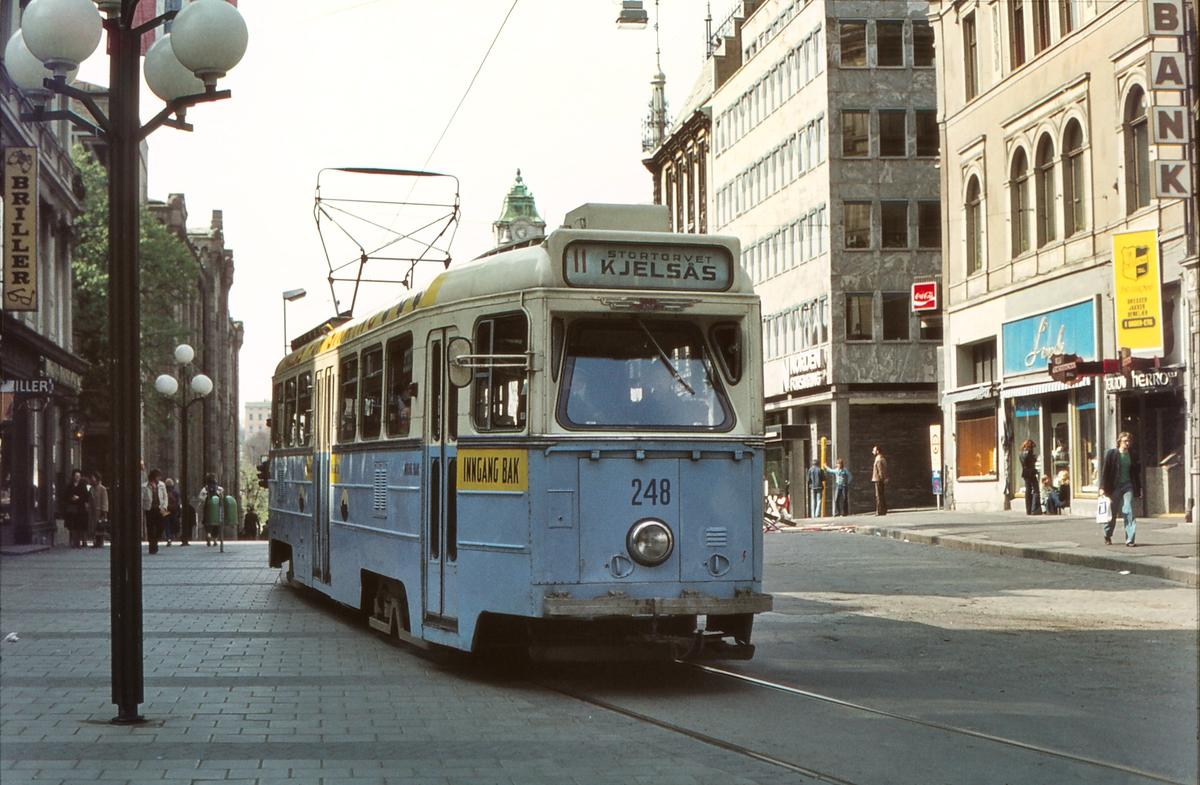Høka-vogn på Egertorget, Karl Johans gate. Vogn 248. Oslo Sporveier.
