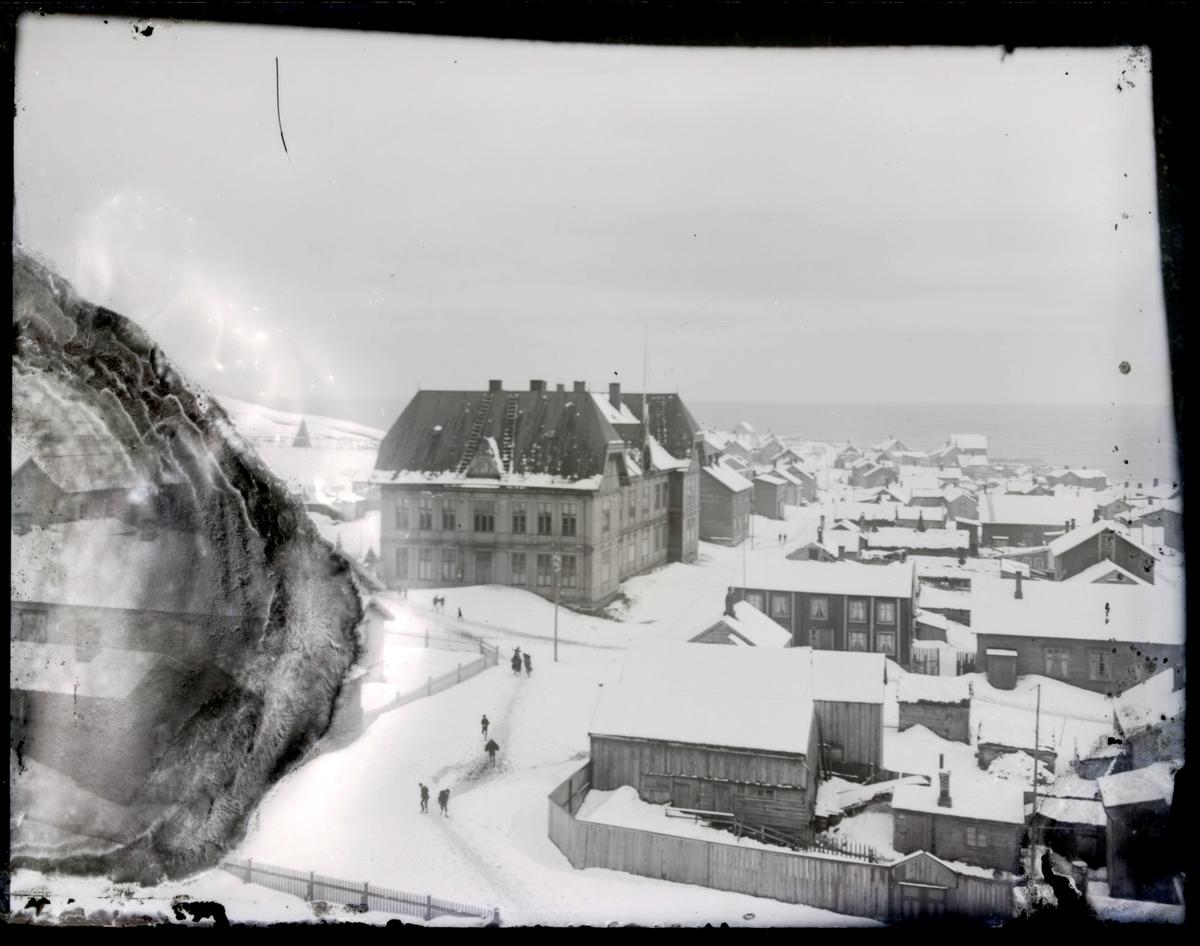 Skolen i Vardø og andre bygninger fotografert om vinteren