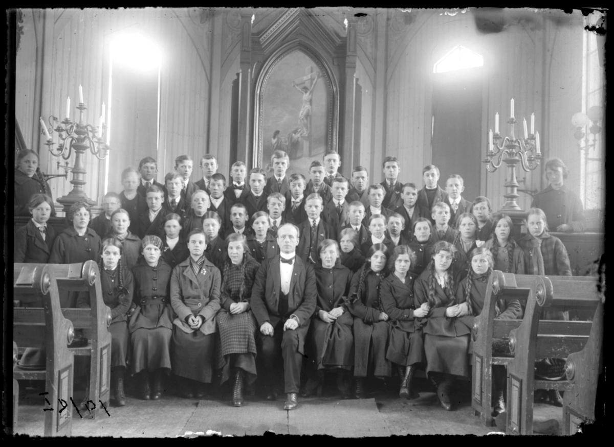 Konfirmanter, Vardø 1919. Bildet er tatt inne i kirka. Midt i første rekke presten Johan Oskar Grasmo