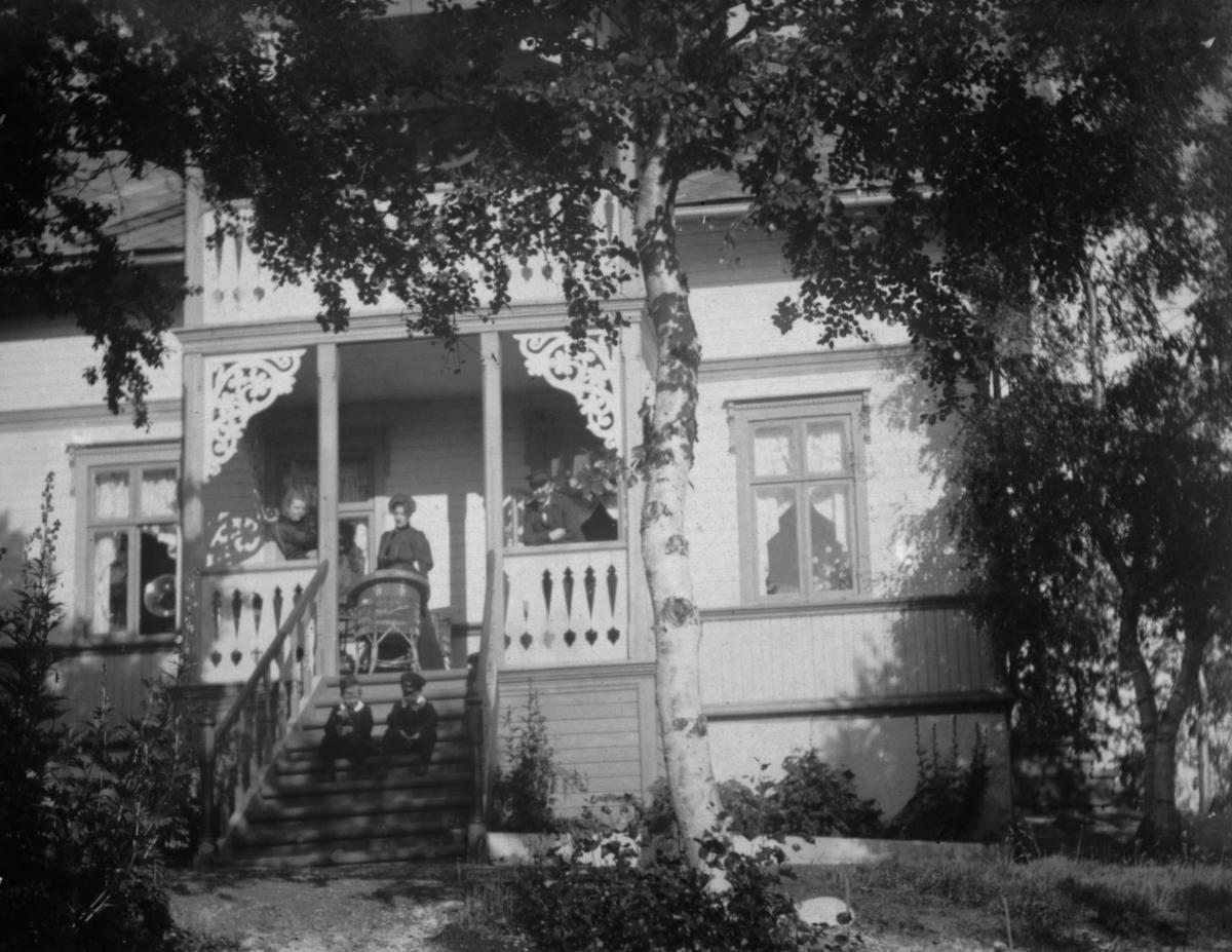 Sommervilla Sorgenfri i Jarfjord. 2. september 1906. To damer og en mann står oppe på trappa. To gutter sitter på trappetrinnene.