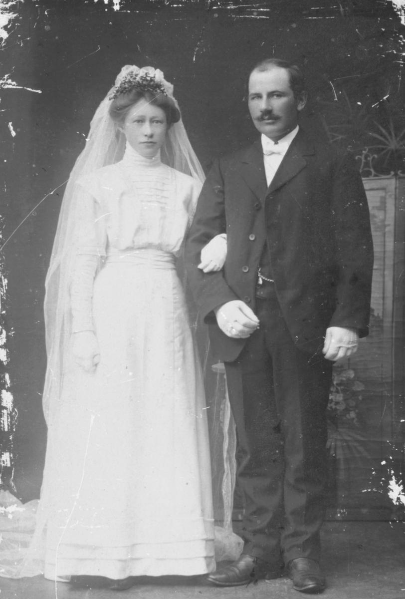 Brudepar fotografert hos Emilie Henriksen: Edvard Pedersen og Sofie f.Nielsen fra Ekkerøy. Disse er foreldre til Godtfred Pedersen.