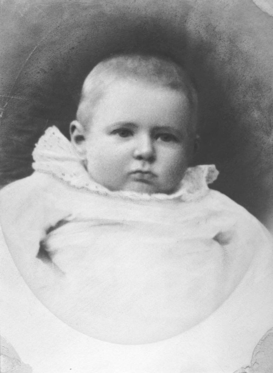 Et reproforstørrelse av familieportrett fotografet hos Emilie Henriksen. Gottfred Pedersen som baby tatt ut av familiebildet fb.83278-002.
