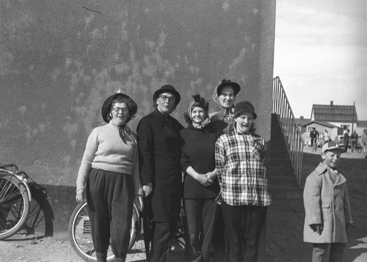 Fem damer og en gutt står utenfor samfunnshuset i Vadsø. Alle er ukjente.