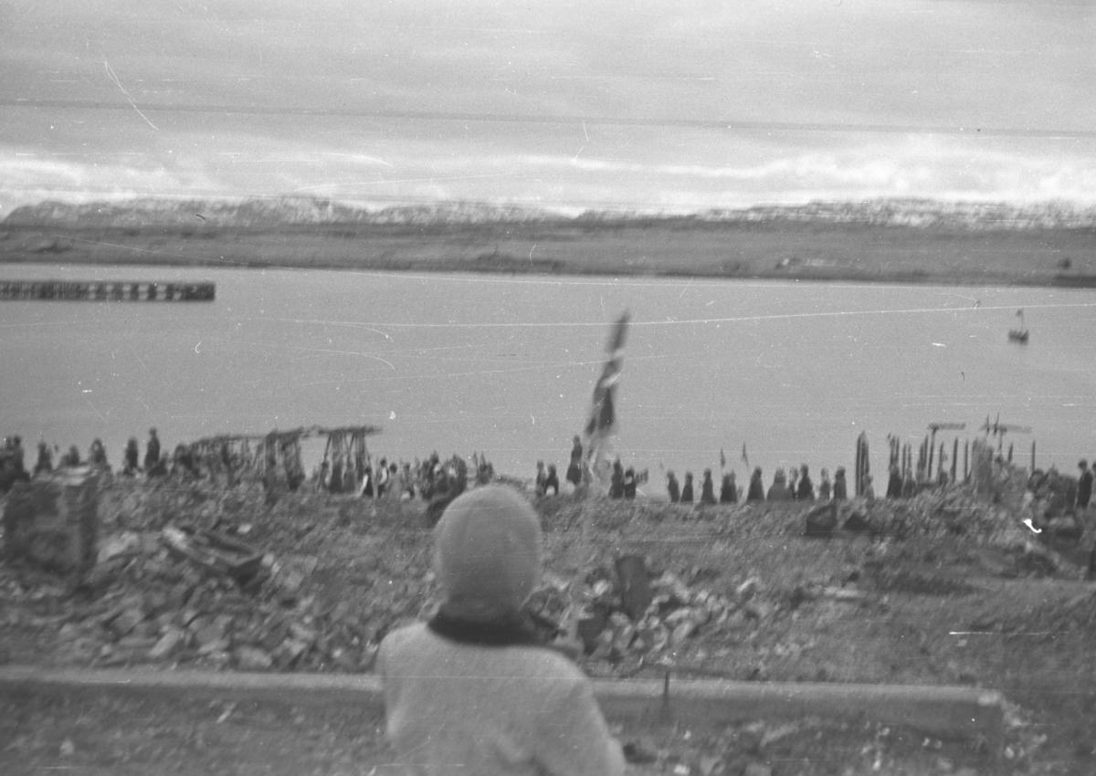 17. mai-toget går bortover Havnegata i sentrum, muligens i 1946. Bildet er tatt fra Nyborgveien.