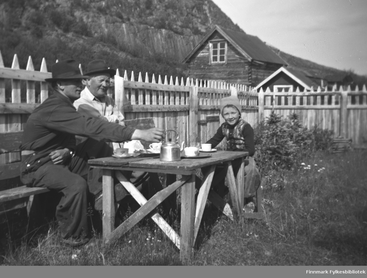 Kaffe i hagen utenfor gården Mikkelsnes i Neiden. Fra venstre: Storm Mikkola, Aksel Konrad Mikkola og Aksels barnebarn Per Olsen