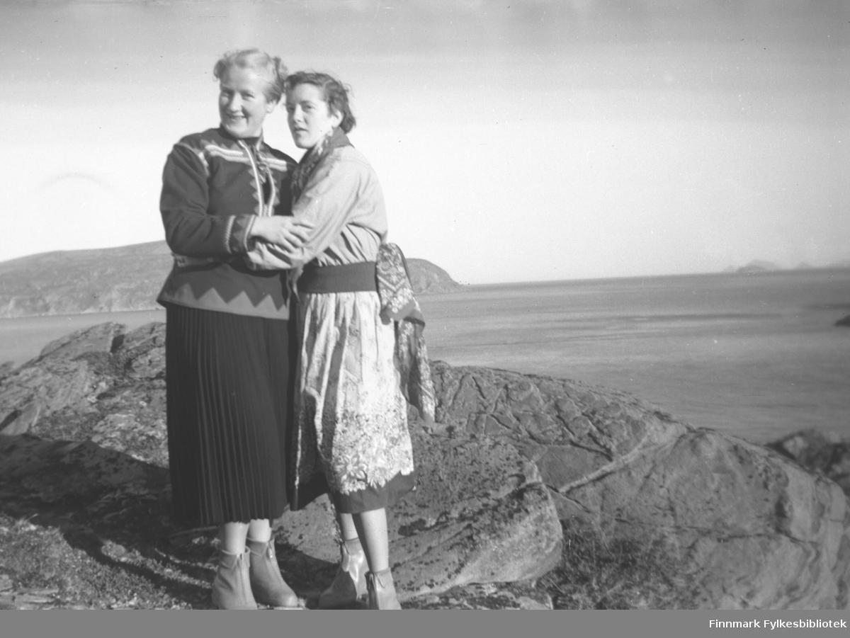 Herlaug Mikkola og Edny Broks på fin søndagstur i Havøysund. De gikk på Øytun ungdomsskole (folkehøgskole) i 1954-1955