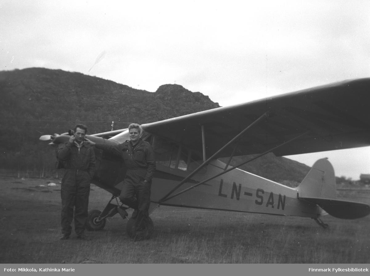 Besøk på Mikkelsnes med småfly (Piper Cub LN-SAN9 fra Kirkenes Flyklubb 1958-60. Til venstre Storm Mikkola, mannen til høyre ukjent.