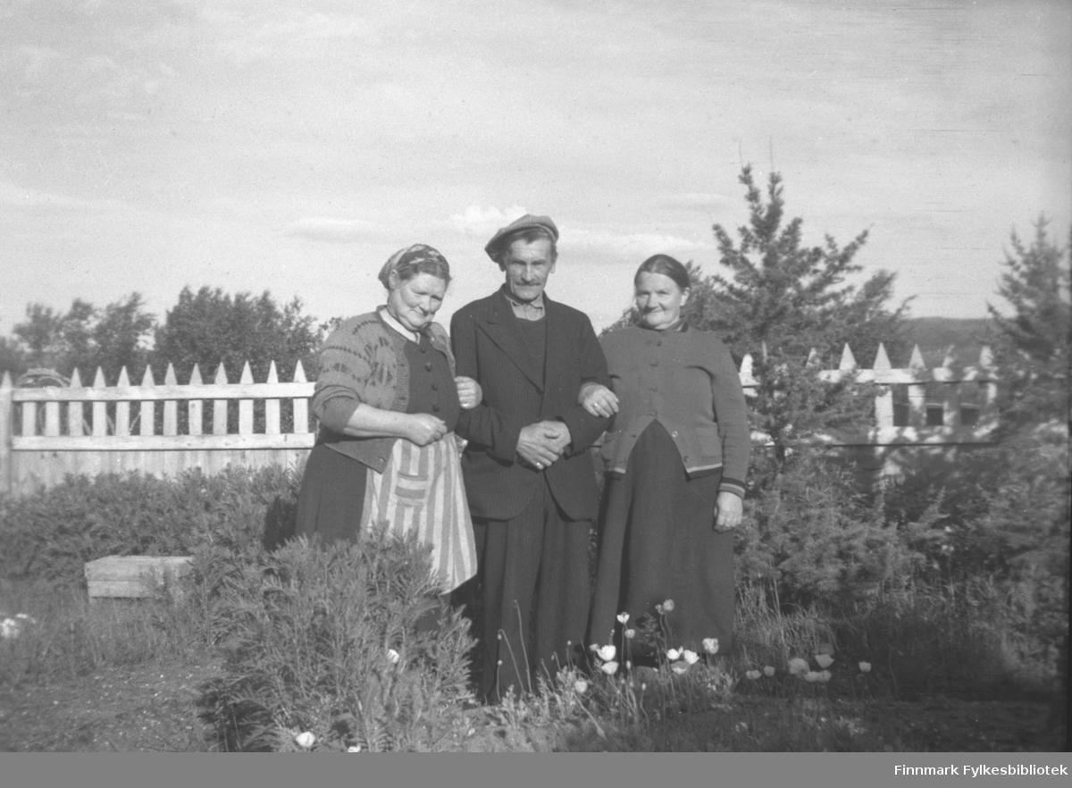 Kathinka Mikkola (til venstre) fotografert i hagen på Mikkelsnes, sammen med Esaias og Elida Kurthi. Elida var søster til Aksel Konrad Mikkola og svigerinne til Kathinka. Bildet er tatt ved samme anledning som 05007-252