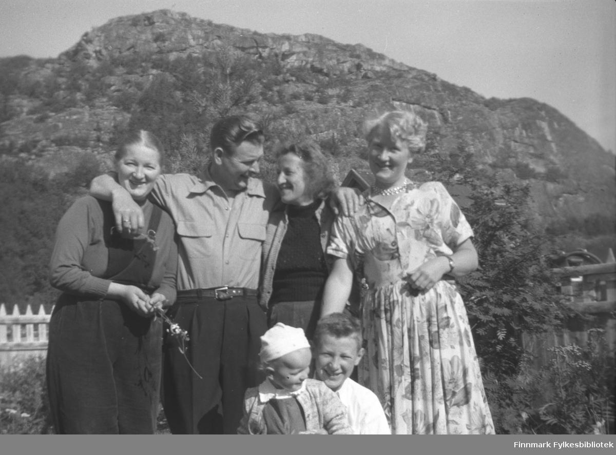 Jan Yttergård med familie på besøk hos hans søster Kathinka Mikkola på Mikkelsnes. Fra venstre: Gudrun Mikkola, Jan og Peggy Yttergård, Herlaug Mikkola. Foran sitter barna Sture Olsen Lie og Willy Olsen.