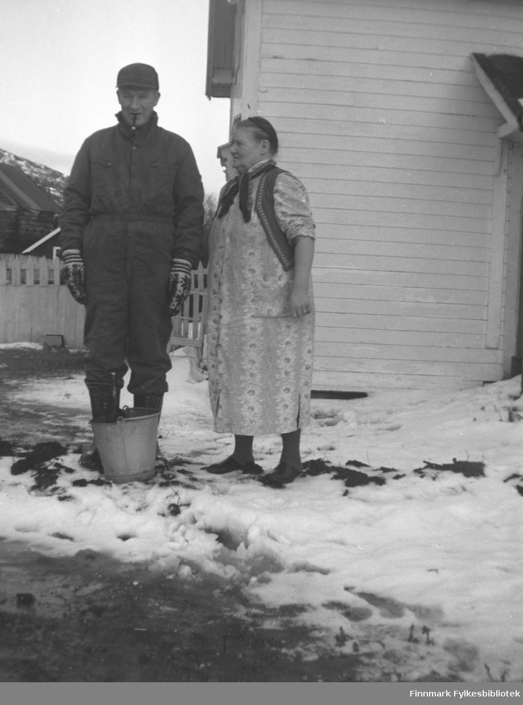 Utenfor Mikkelsnes. Til venstre Andreas Mikkola og til høyre hans mor Kathinka Mikkola