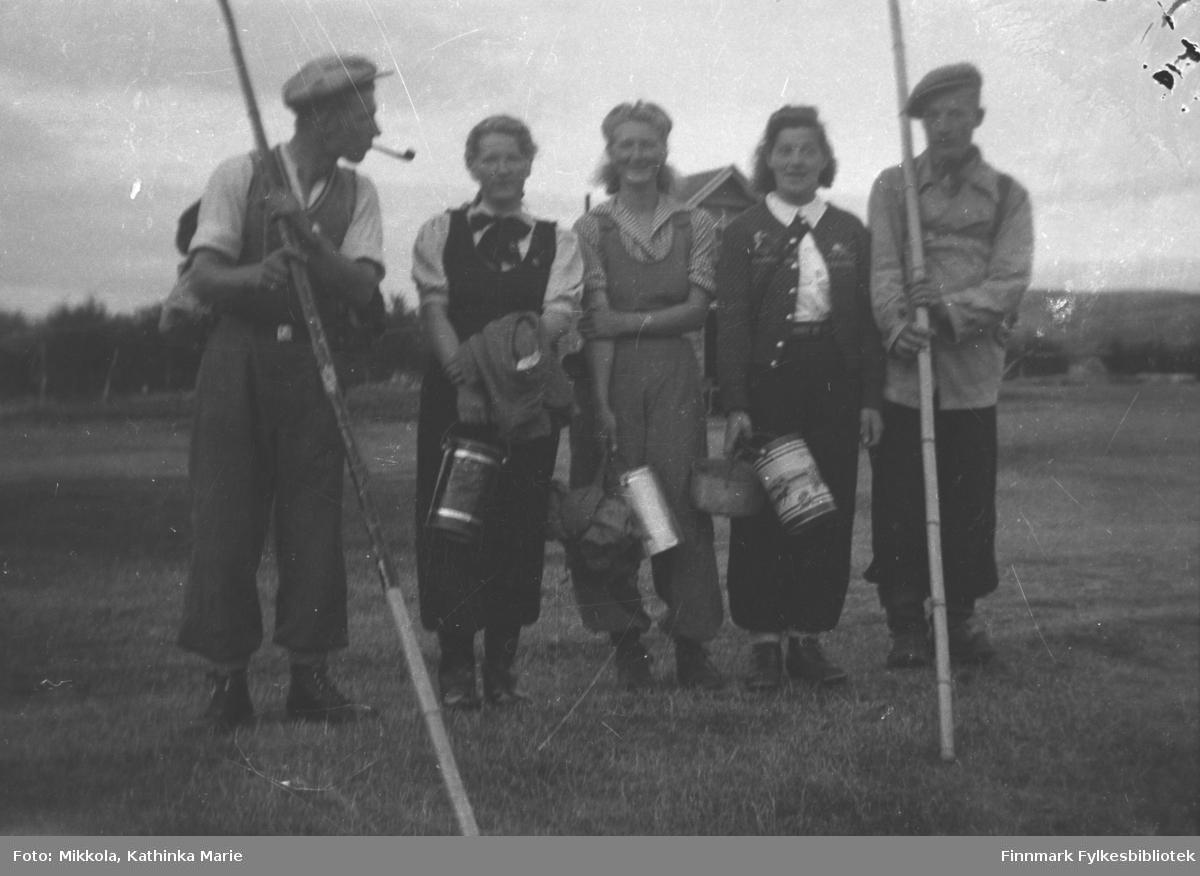 Mikkola-ungdommer på tur - guttene skal fiske og jentene har med bærspann