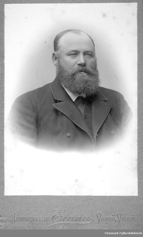 Portrett av handelsmann Anders Monsaas på Ingøy. Han har en mørk dressjakke og en liten del av den hvite skjortekragen ses i halsen hans.