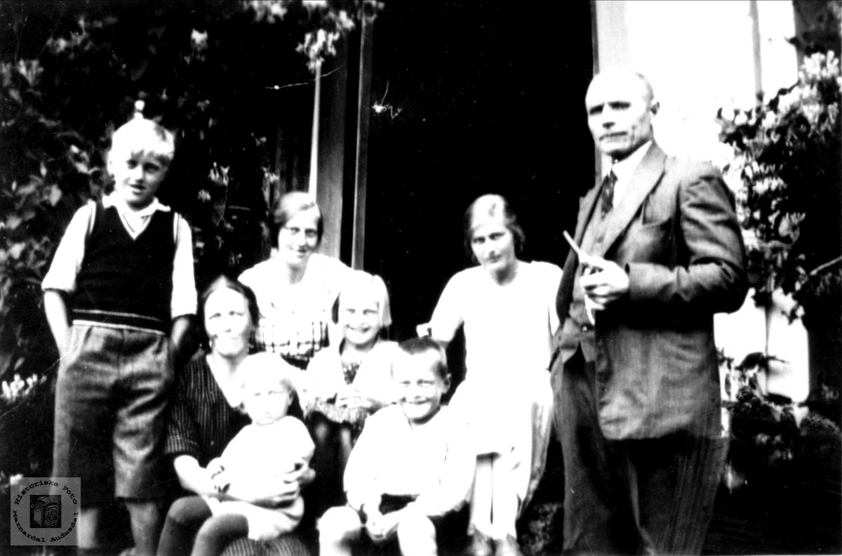 "Familiebilde ""Der heime"" Breilid, Bjelland"