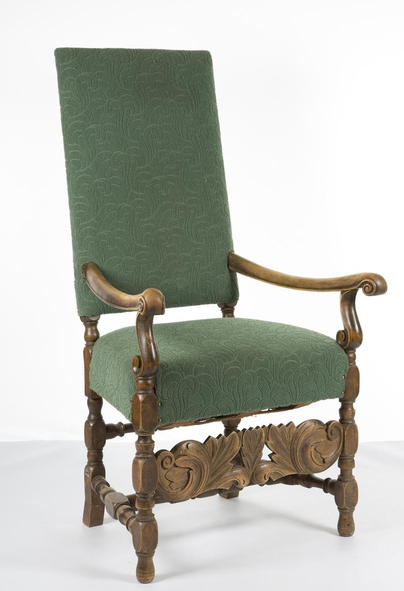 Høy rygg, utskåret sarg.  Trukket med grønt stoff. Barokk.