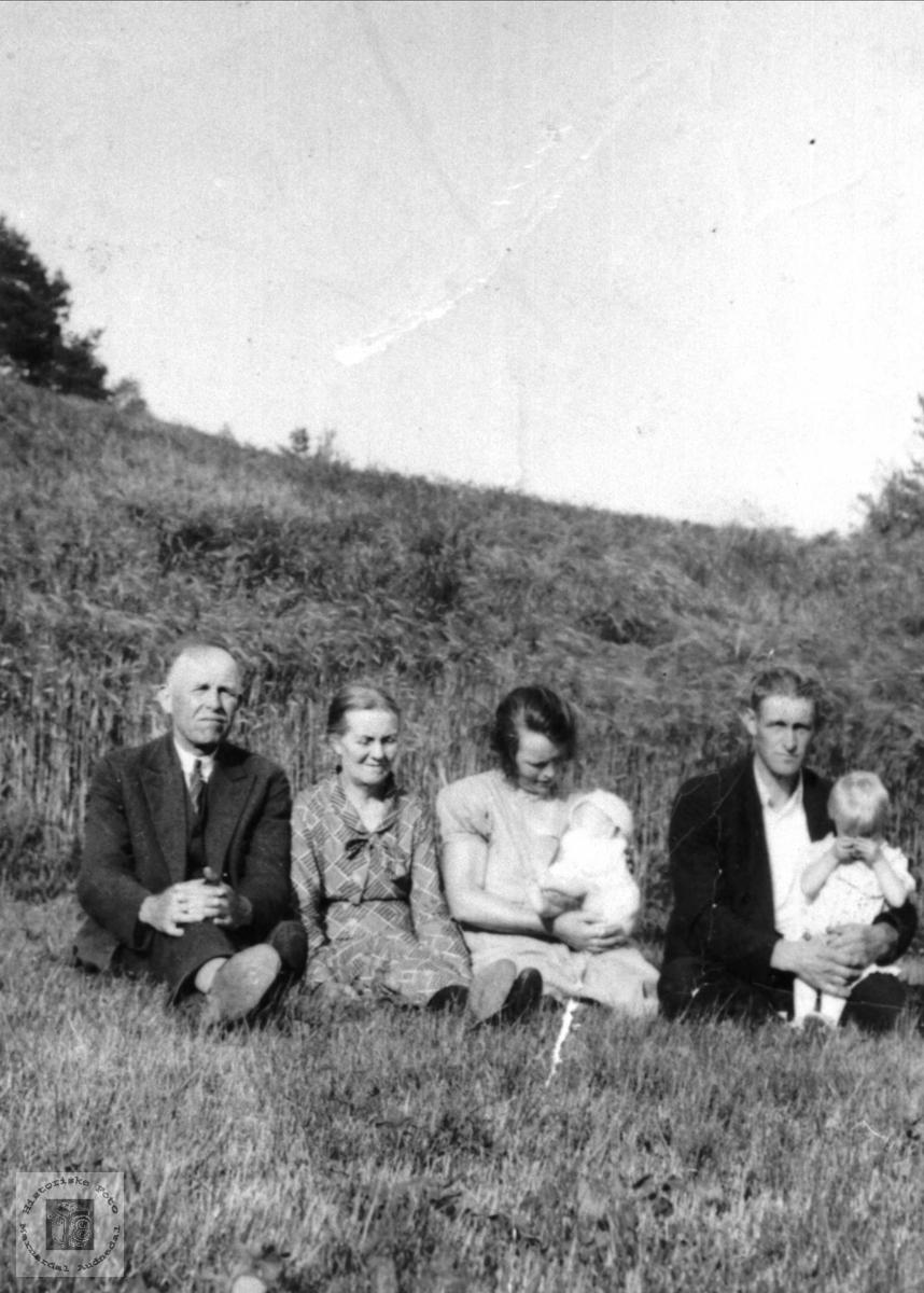 Portrett av Jørgine og Lars med barna sammen med slekt fra Kristiansand.