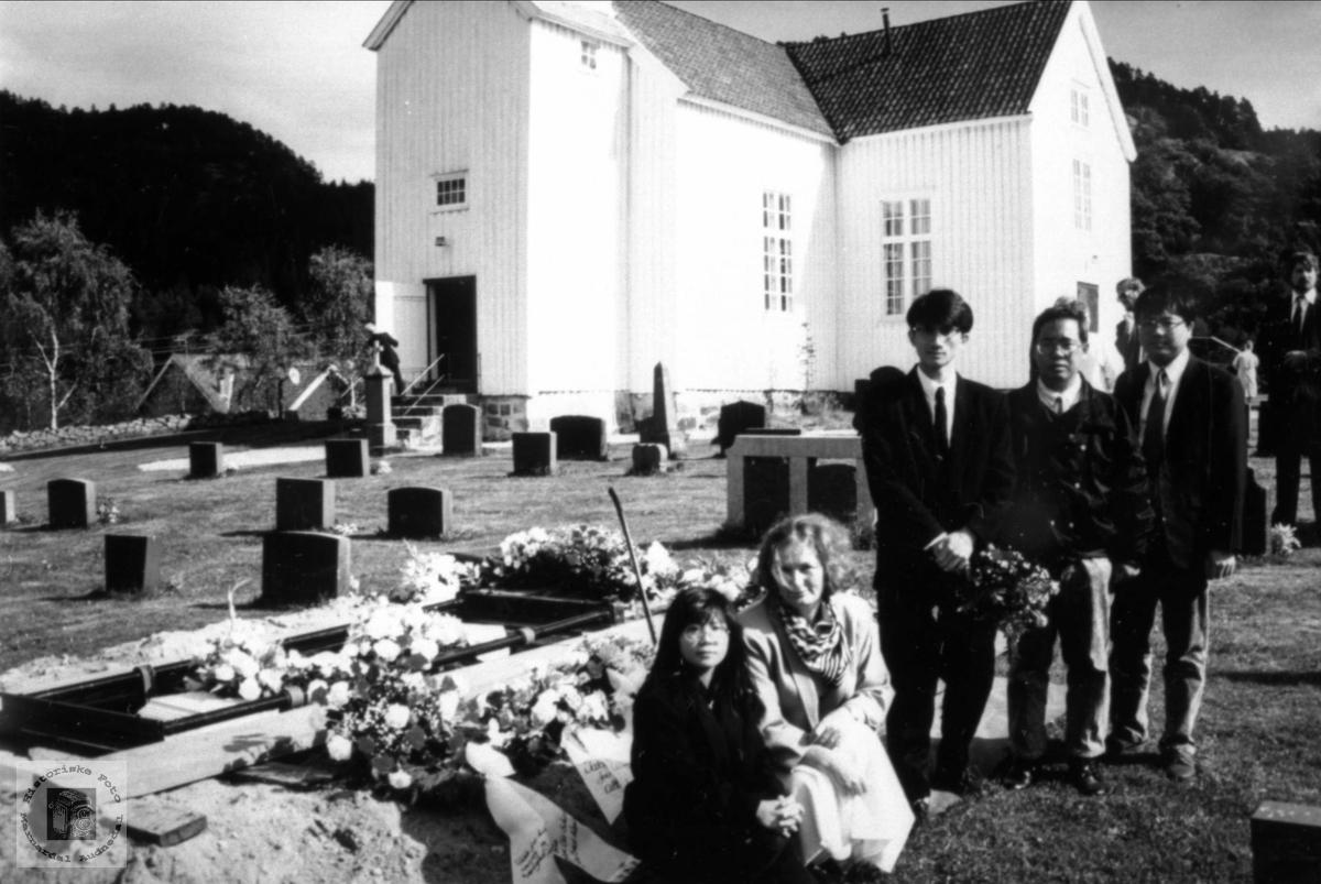 Vener i takksemd ved grava til Lovise Haraldstad