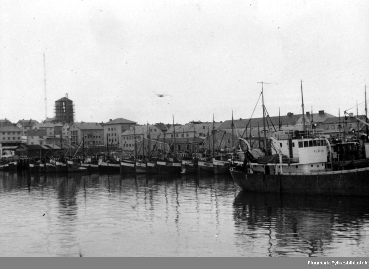 Mange båter ligger på havna i Vadsø på slutten av 1950 tallet