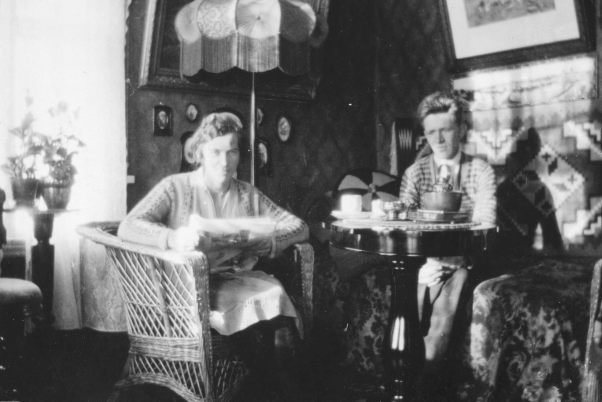 Ekteparet Alfrida og Leif Hauge i sitt hjem i Vadsø i begynnelsen av 1930-tallet