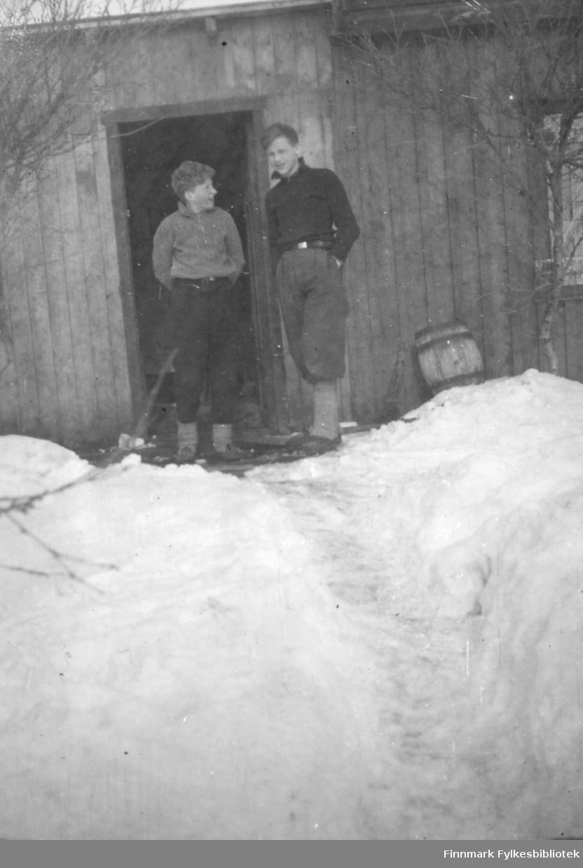 Bjørn Megrund og Per Bjørgan utenfor Hauge hytta inne i Andersby skogen