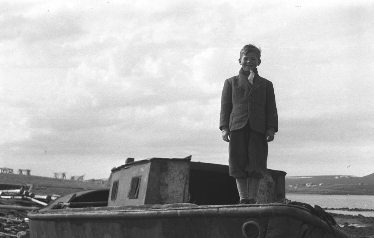 Øystein Hauge poserer oppå den gamle havnevesen-pramma som er satt på land.