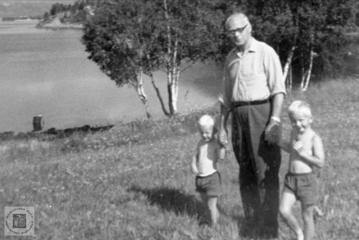 """Bestefar med barnebarn ved """"Lygnevannet""""."""