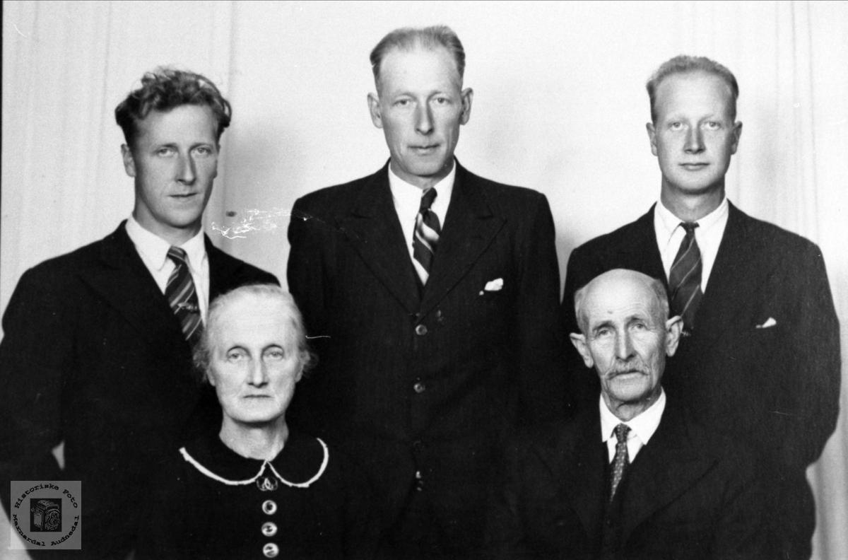 Fam. gruppe. Salve, Søren og Harald Aukland m/foreldre, Laudal.