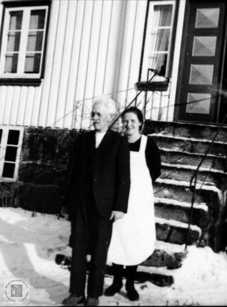 To ved trappa. Knud Lauvdal og Åsta Glomså.