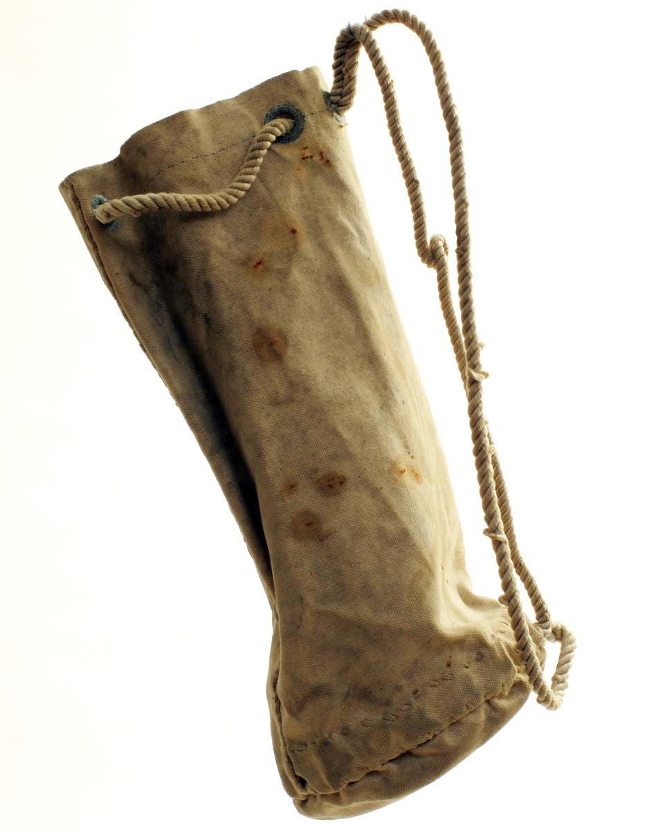 Seilmakerpose med 1 kylle og en pinne. Tromøy.   Pose av seilduk,  sydd for hånd, nylonsnor i grønnirrete maljer.  Rund bunn,  to sidesømmer.