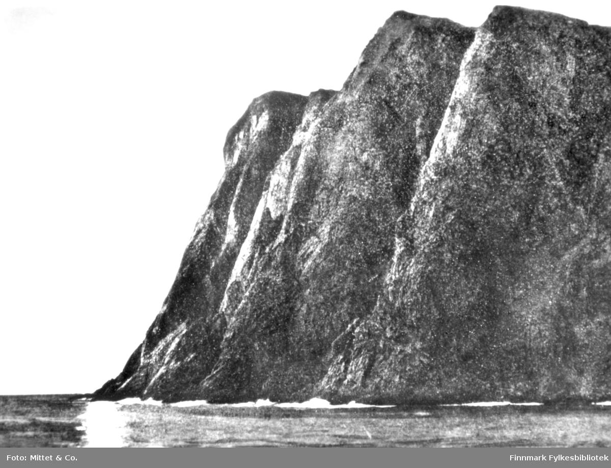 Et bilde av Nordkapp. På bildet kan man se havet og fjell.