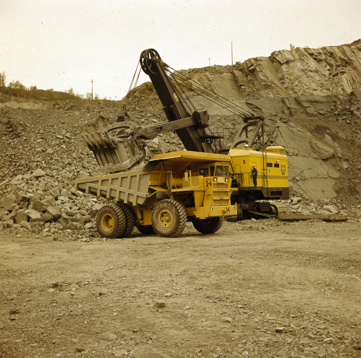 Foto av 60 tonns lastebil i arbeid...Fra fotografens originalemballasje:.60 Tonns lastebil.A/S Sydvaranger..Kirkenes.Aug 65.