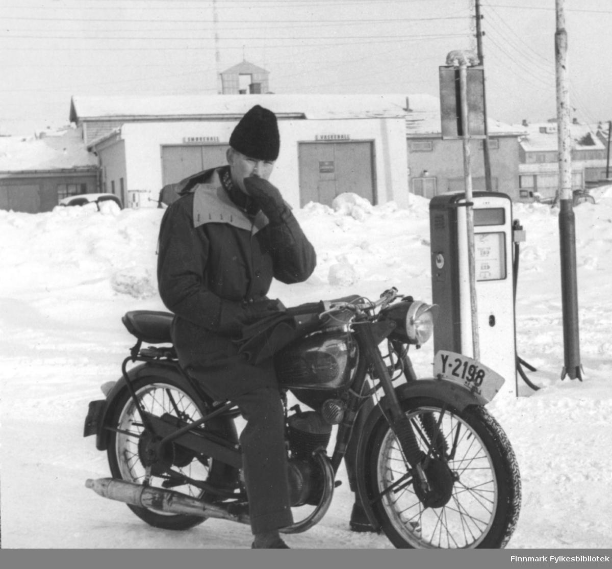 Asbjørn Stock på en Tempo Standard motorsykkel vinterstid utenfor BP bensinstasjonen i Vadsø.