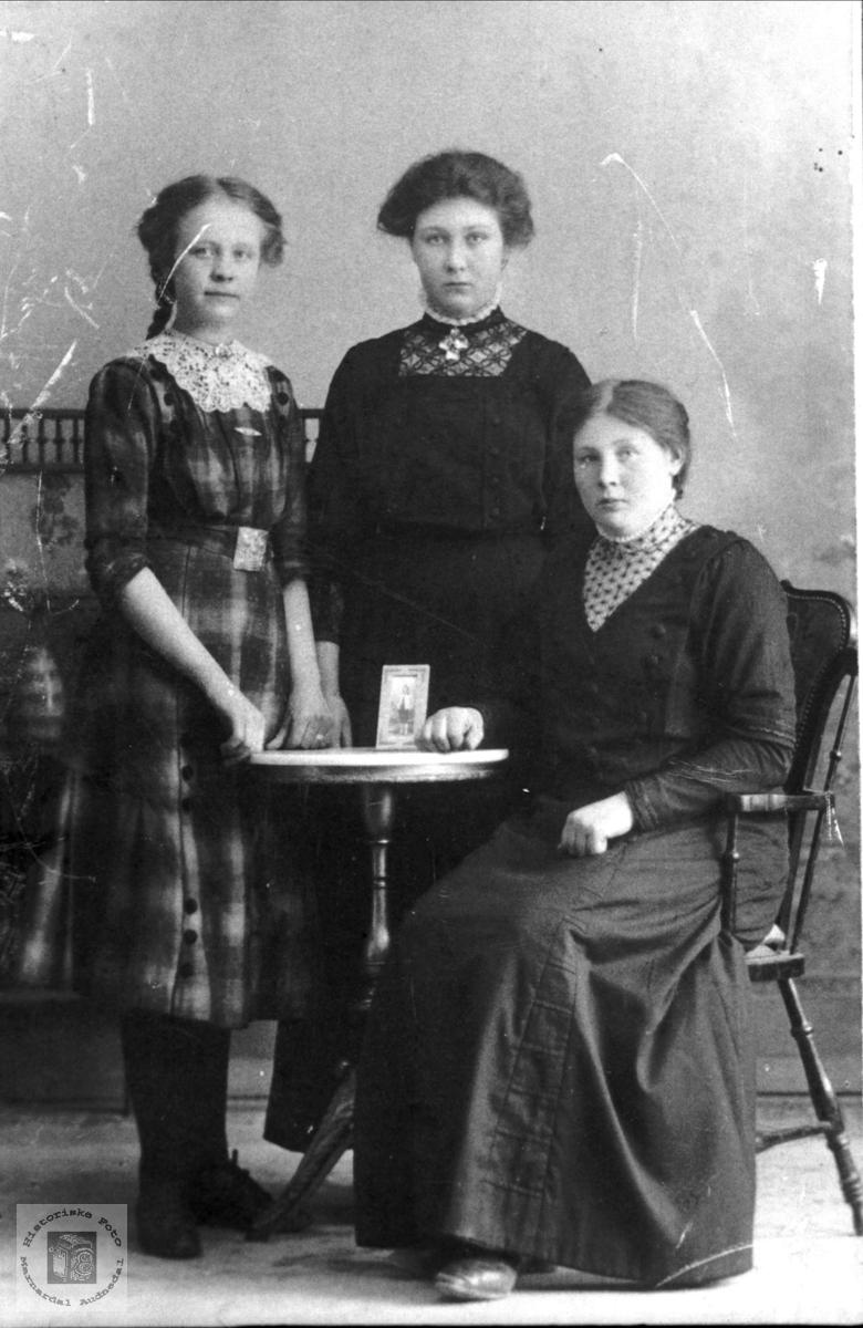 Tre søsken. Severine, Oline og Anna Tisland.