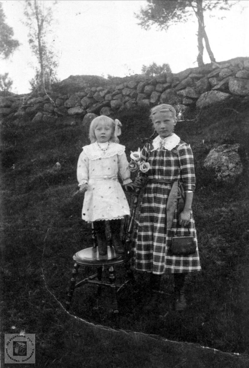 Søstre. Sigrid og Anna Flystveit (Egså).