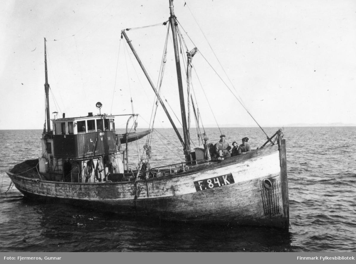 """En fiskeskøyte med flere menn stående ved baugen. Det kan se ut som båten heter """"Liv III"""" og bildet er tatt på feltet øst for Nordkapp våren 1948."""
