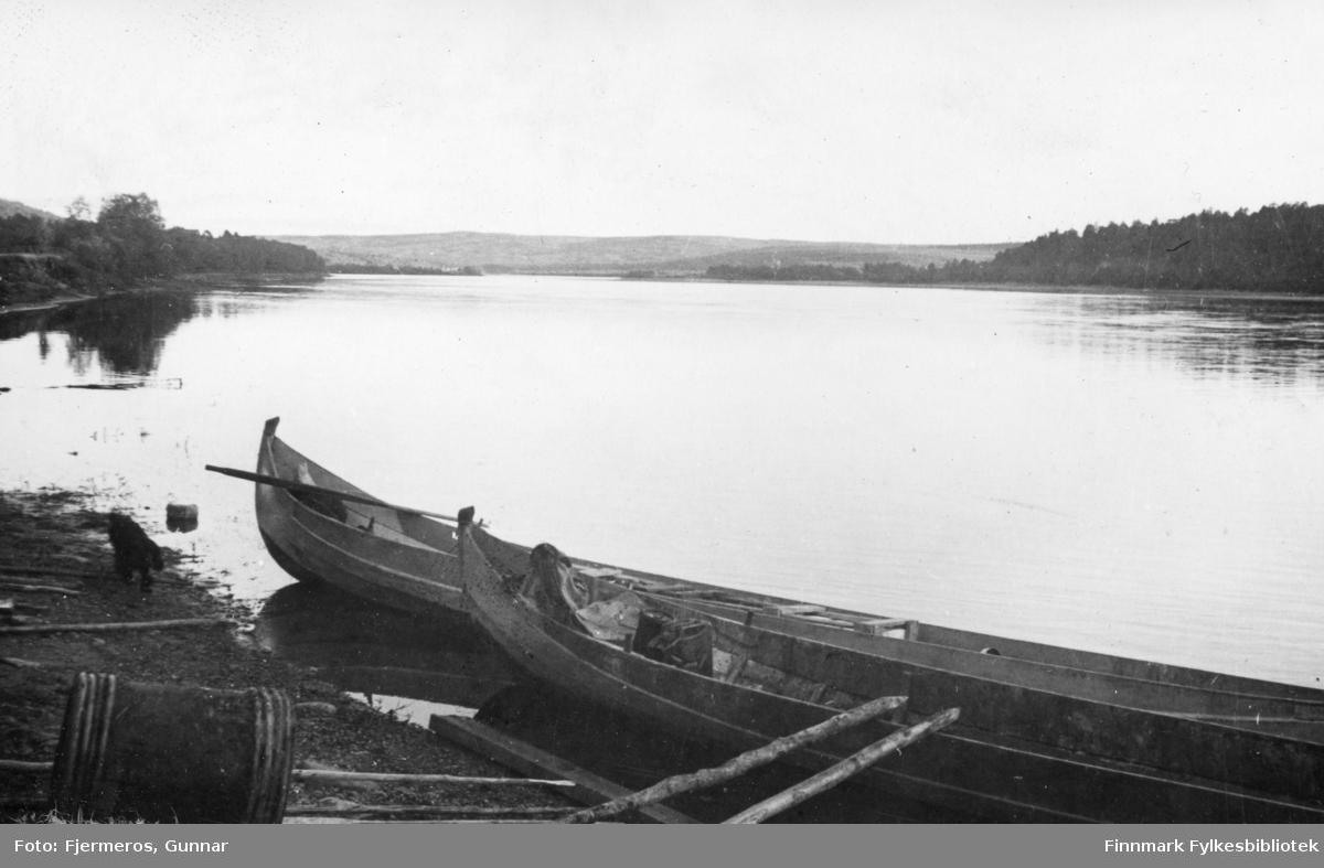 To elvebåter ligger ved bredden av Tana-elva på finsk side. Nøyaktig sted er ukjent.