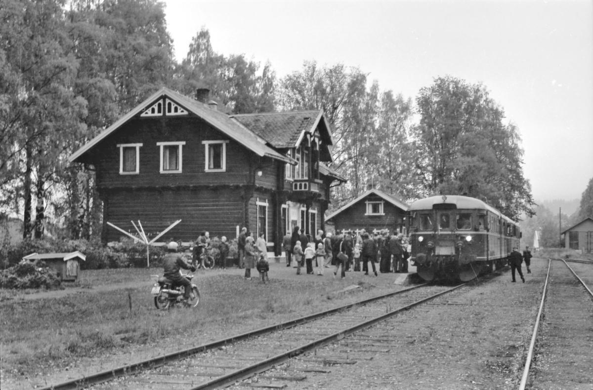 Ekstratog på Skreia stasjon med dieselmotorvogn BM 86F 09 og styrevogn BDFS 86 65 for Norsk Jernbaneklubb.