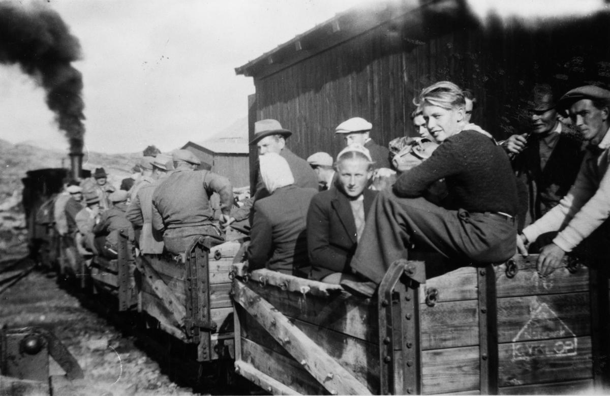 """""""Persontog"""" på Holbu stasjon. Kassevognene ble brukt som personvogner."""