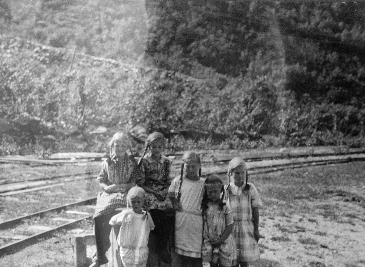 Småbarn ved Dalen stasjon på Aurabanen, etter at driften på banen ble stanset i 1919.
