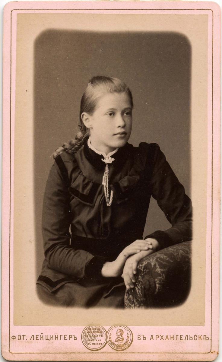 Ukjent ung kvinne. Bildet trolig tatt i Russland. Visittkortet er trykt med kyrilliske bokstaver.