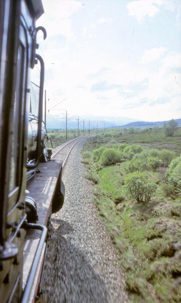 På vei over Dovrefjell sett fra førerhytta på damplokomotiv.